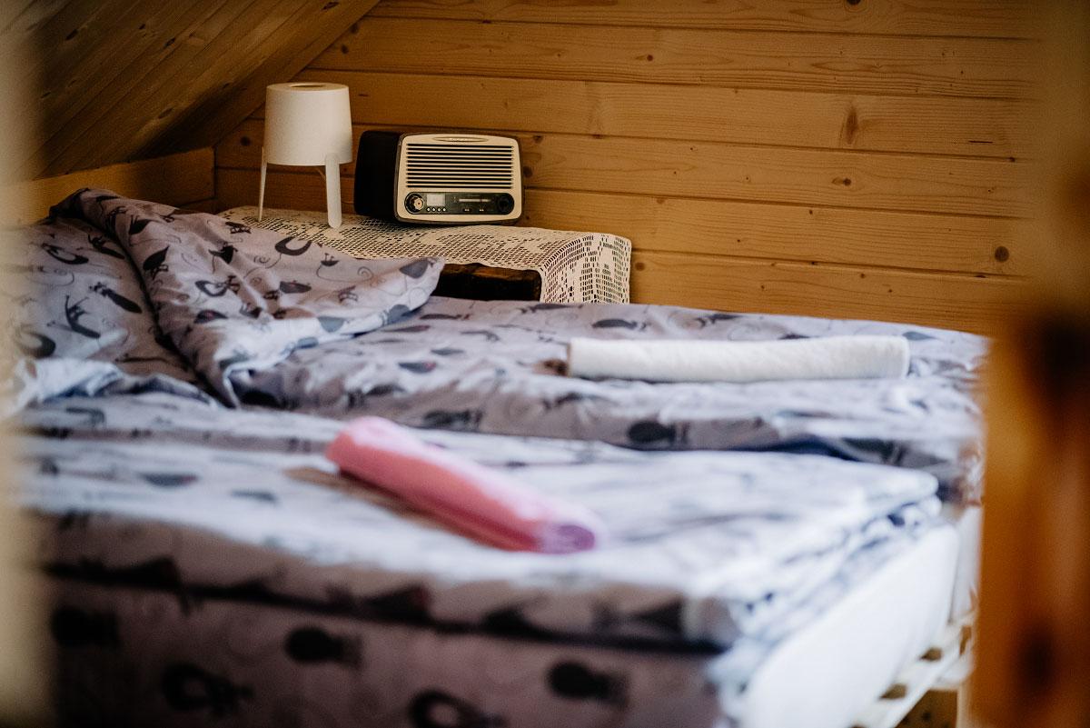 widok łóżka i radia z łazienki