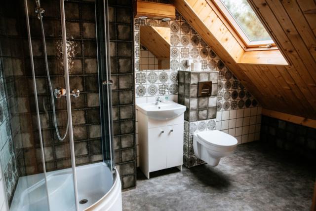 łazienka pokoju dwuosobowego na poddaszu