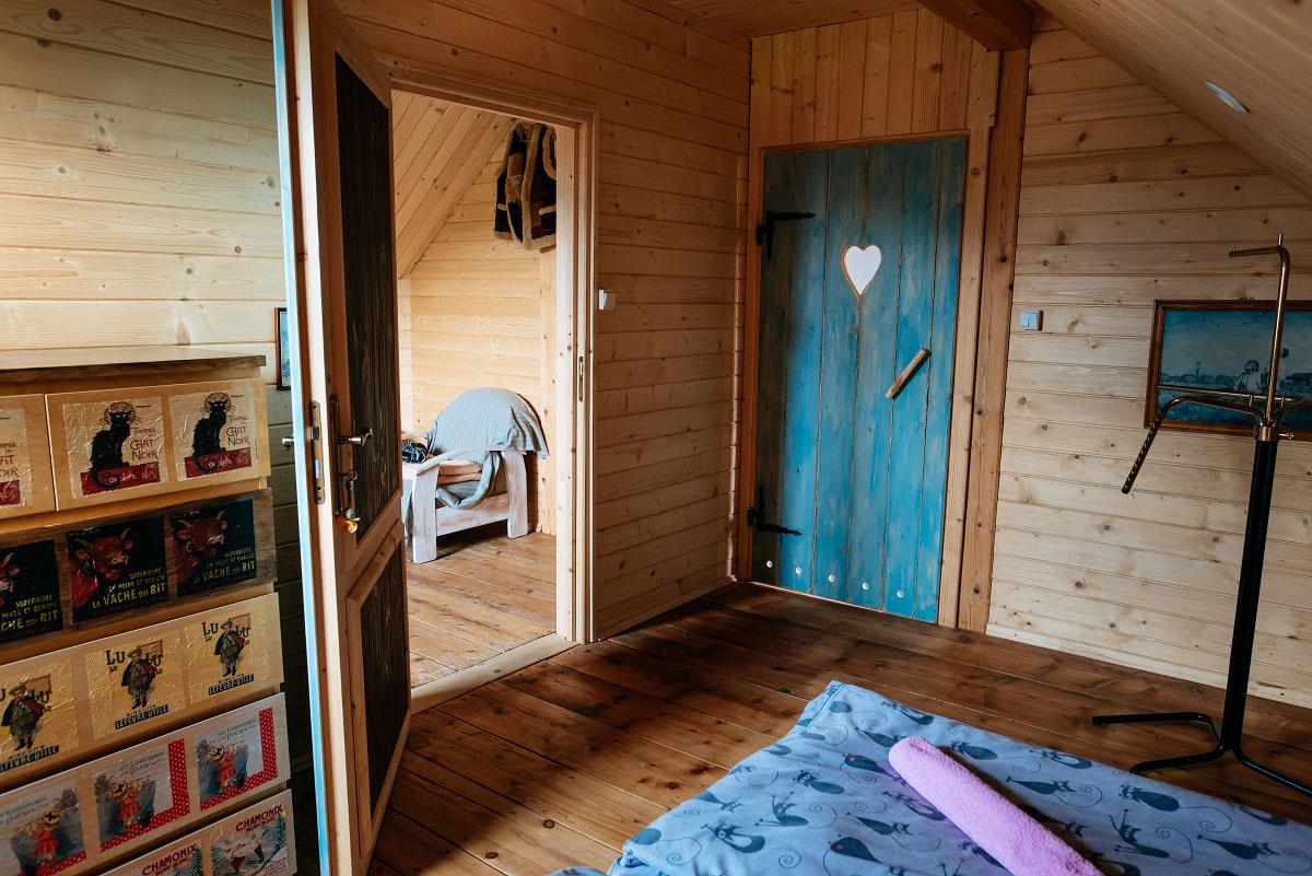 pokój dwuosobowy na poddaszu stojąc na łóżku