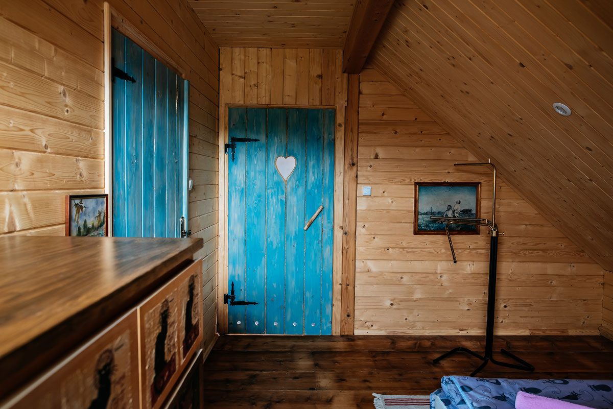 pokój 2 osobowy na poddaszu widok na drzwi do łazienki