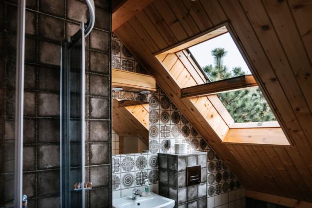 okno dachowe uchylone w łazience na poddaszu