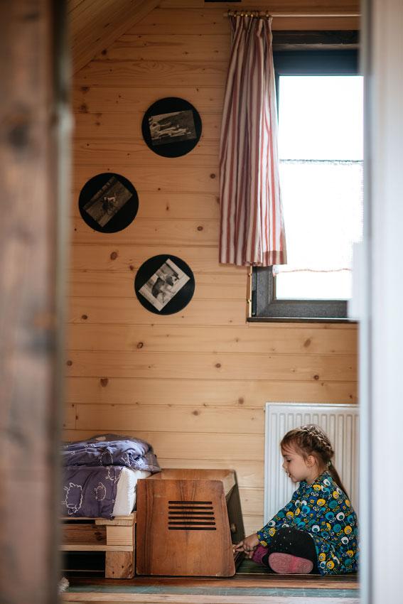stare radio w pokoju rodzinnym, dziecko