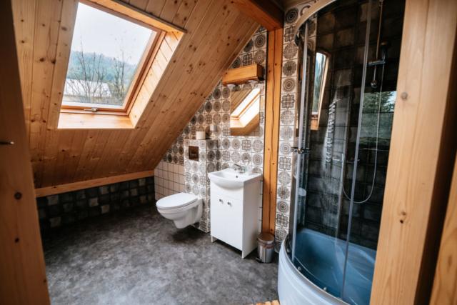 łazienka pokoju rodzinnego stojąc w drzwiach