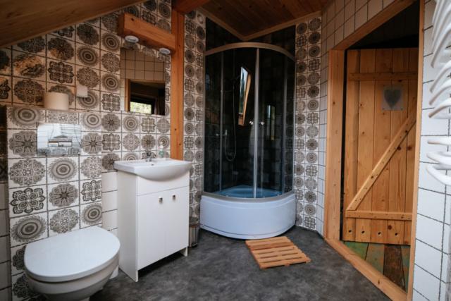 łazienka pokoju 4 osobowego stojąc na środku