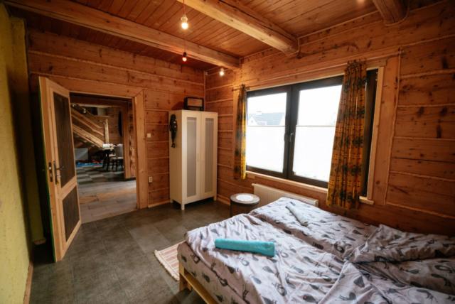 pokój 2 osobowy na parterze ze starym radiem