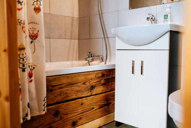 drewno w łazience, wanna obłożona deskami