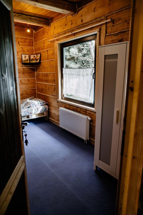 widok na pokój z wykładziną z korytarza