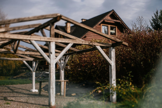 widok na chatę i altanę z ogrodu