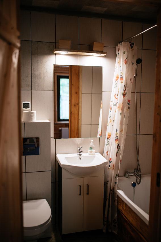 łazienka pokoju dwuosobowego z wykładziną
