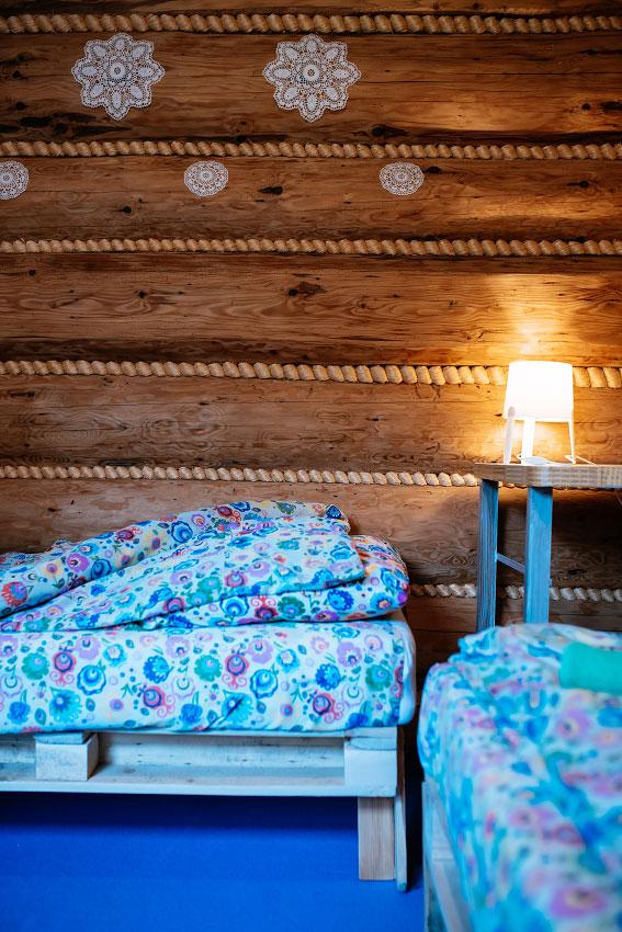 lampka w pokoju dwuosobowym z wykładziną
