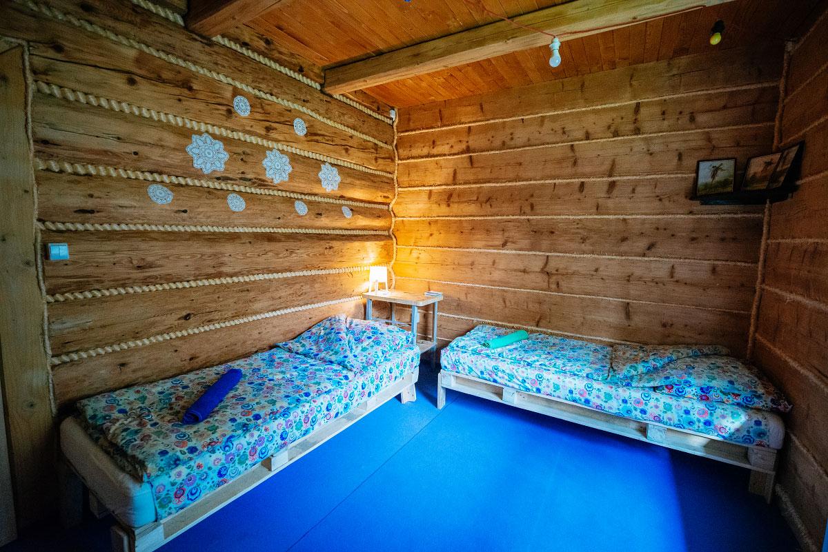 pokój dwuosobowy z wykładziną widok z szafy