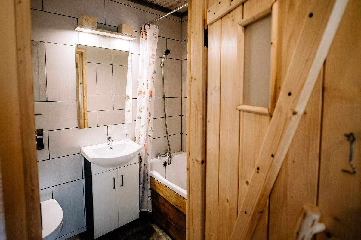 drzwi i łazienka pokoju góralskiego