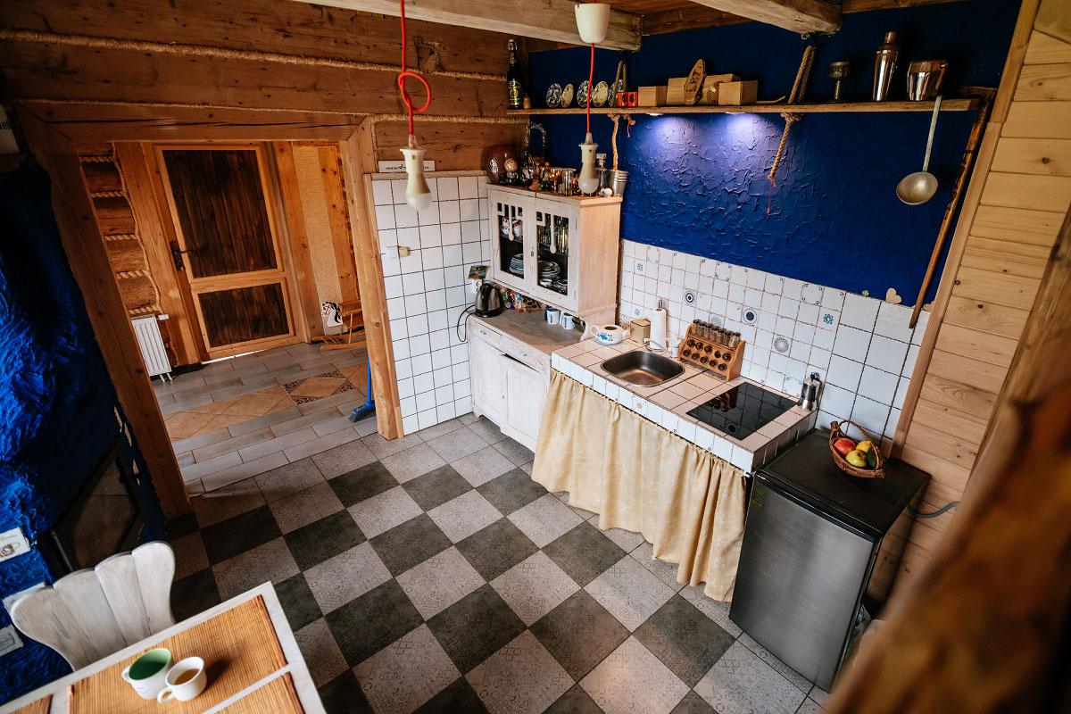kuchnia widziana ze schodów