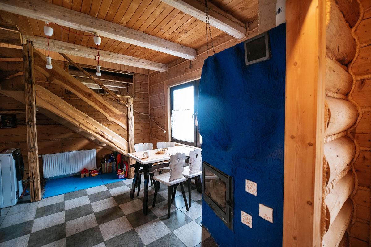 stół kuchenny koło kominka w kuchni