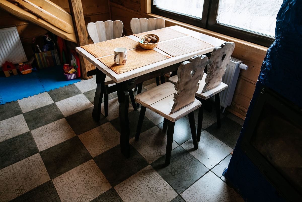 stół w kuchni koło kominka