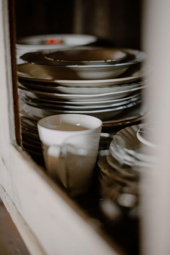 talerze w szafce