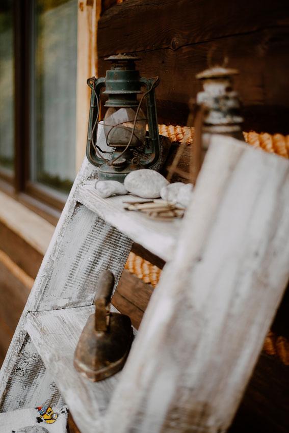 ozdoby na schodach przed chatą