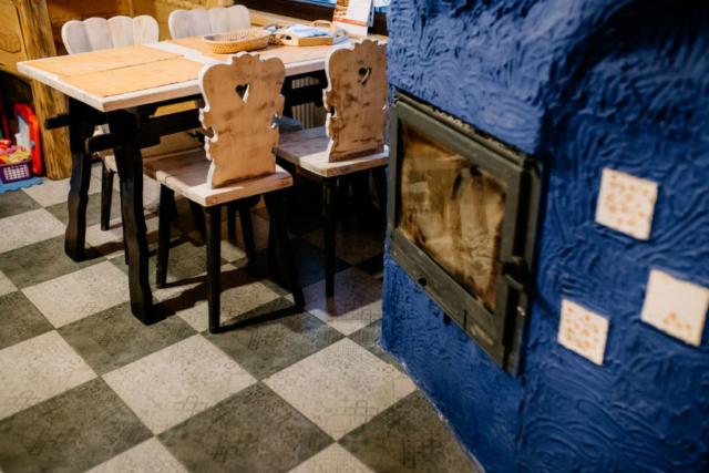 krzesła przy stole i kominek