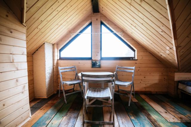 stolik i krzesła w pokoju rodzinnym