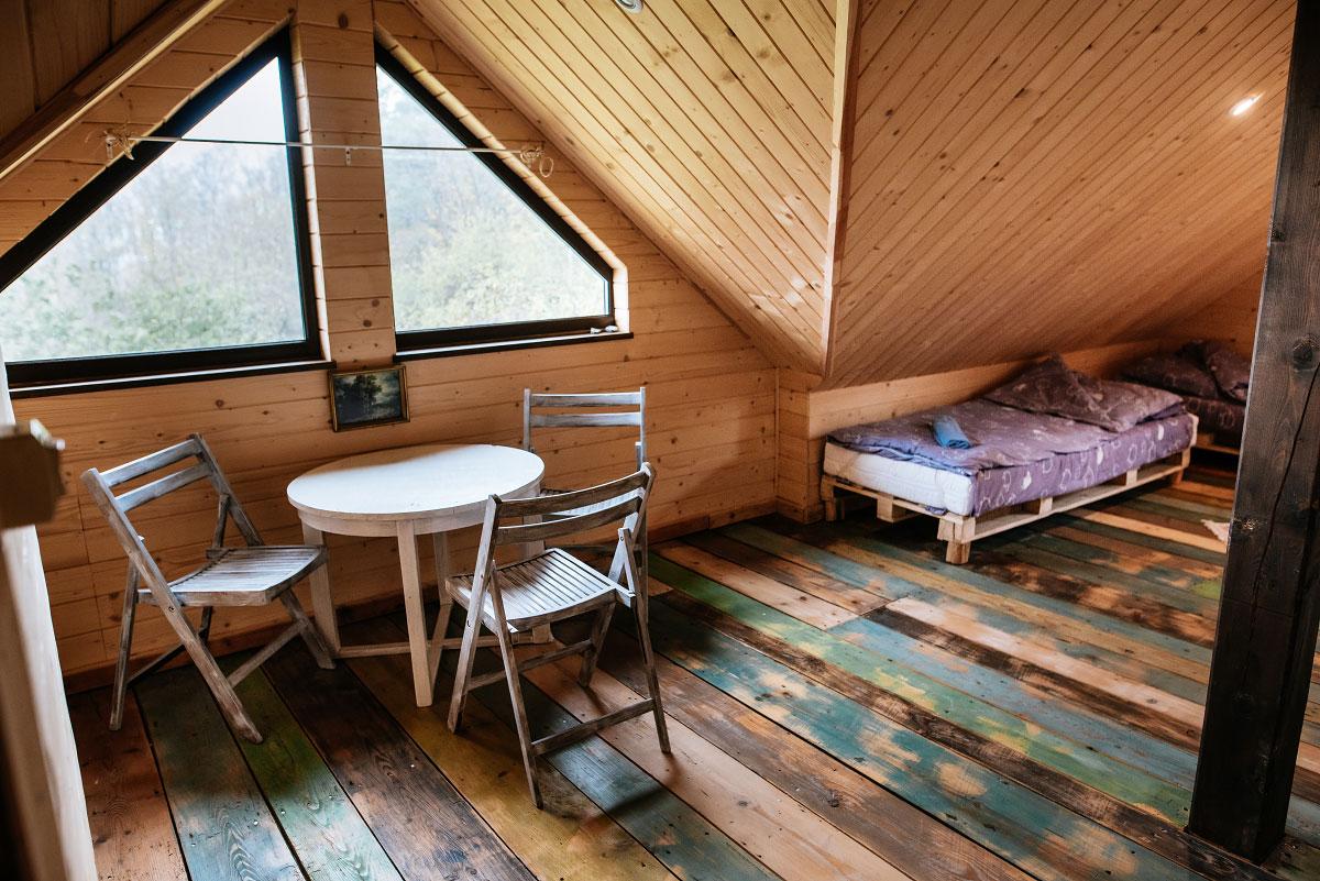 widok na krzesła ze stolikiem i łóżka