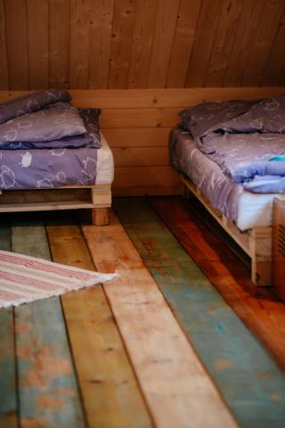 podłoga kolorowa i 2 łóżka