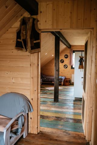 pokój 4 osobowy widziany z korytarza na piętrze