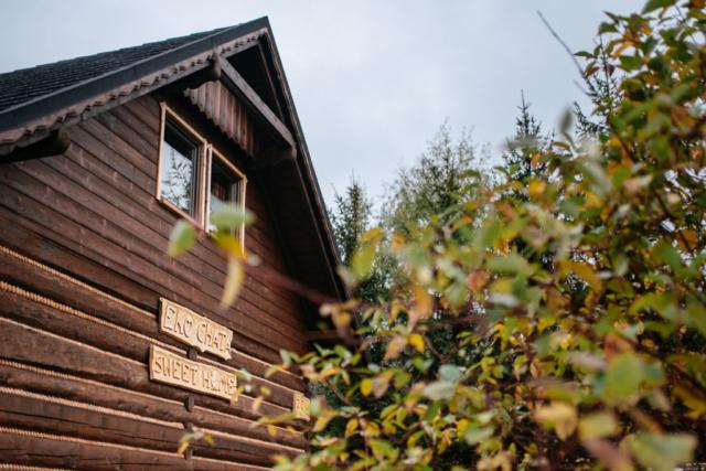 widok na eko chatę od strony parkingu