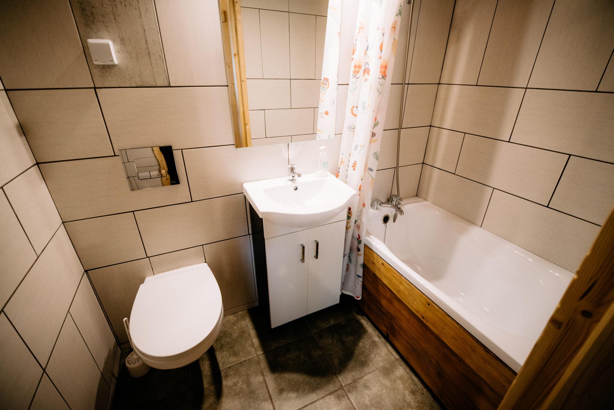 łazienka pokoju dwuosobowego z hamakiem