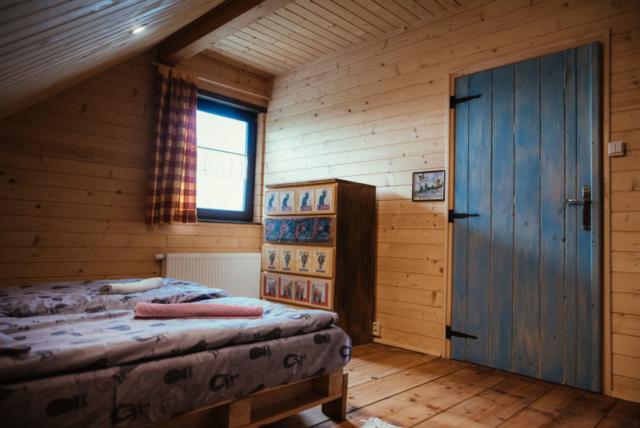 pokój na poddaszu, niebieskie drzwi, decupage