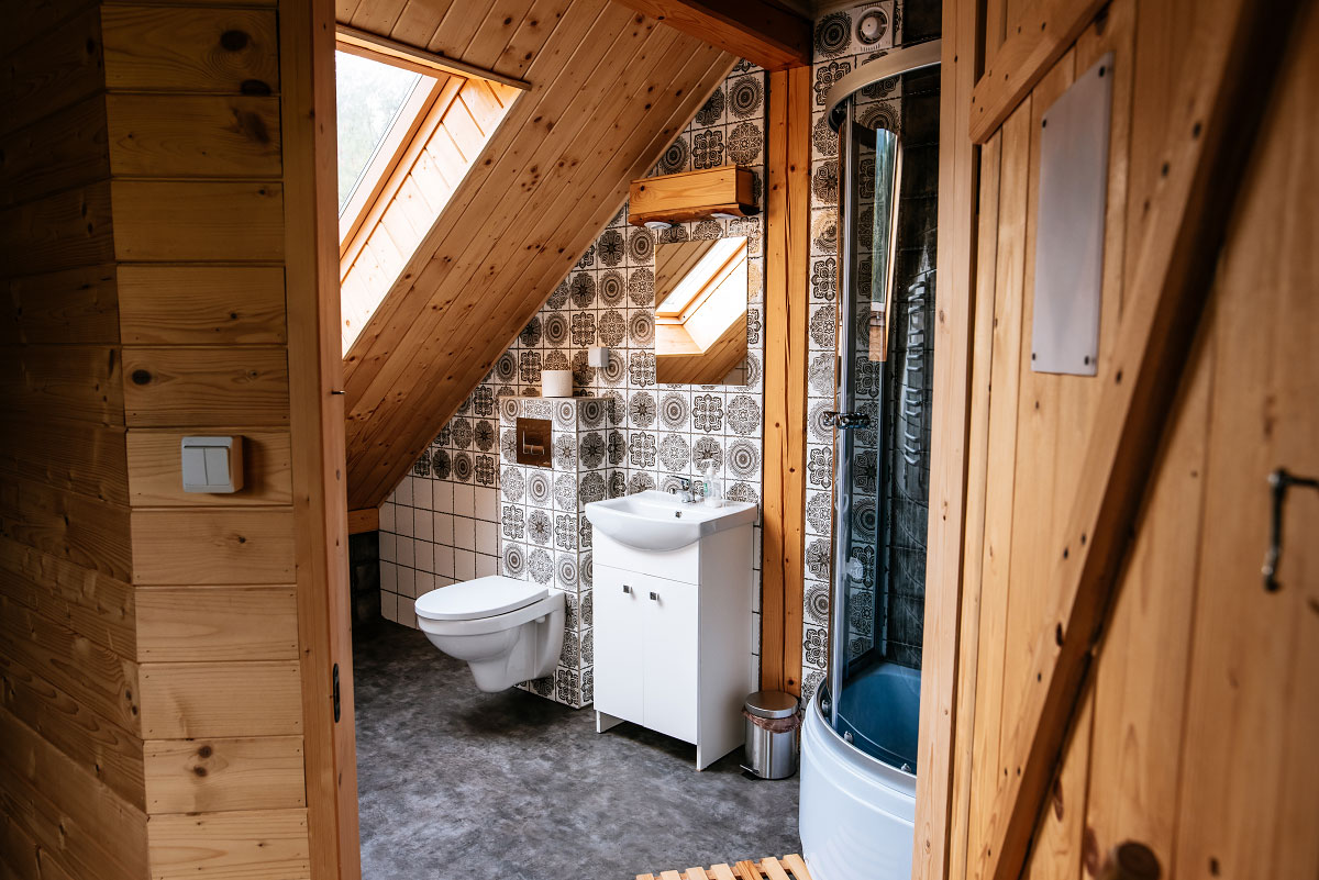 łazienka pokoju rodzinnego stojąc przed drzwiami w pokoju