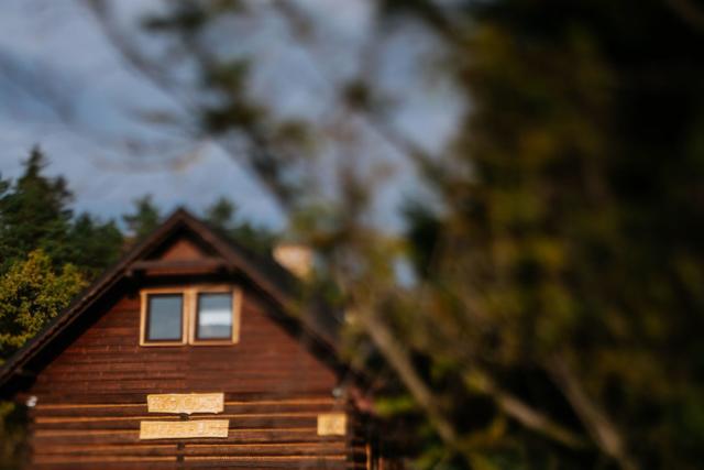 widok chaty stojąc w bramie