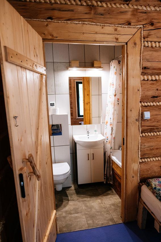 wejście do łazienki pokoju dwuosobowego z wykładziną