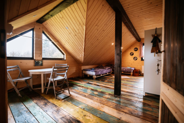 duży pokój rodzinny na poddaszu