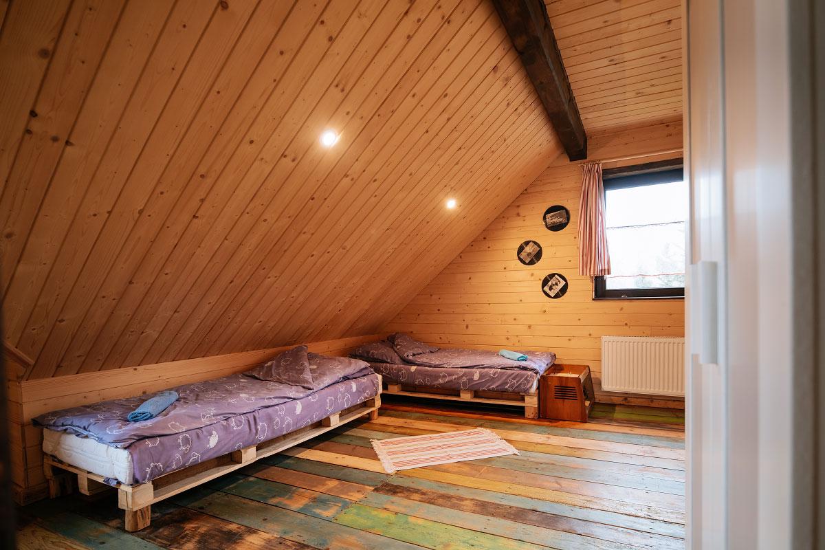 kolorowa podłoga i łóżka w pokoju rodzinnym