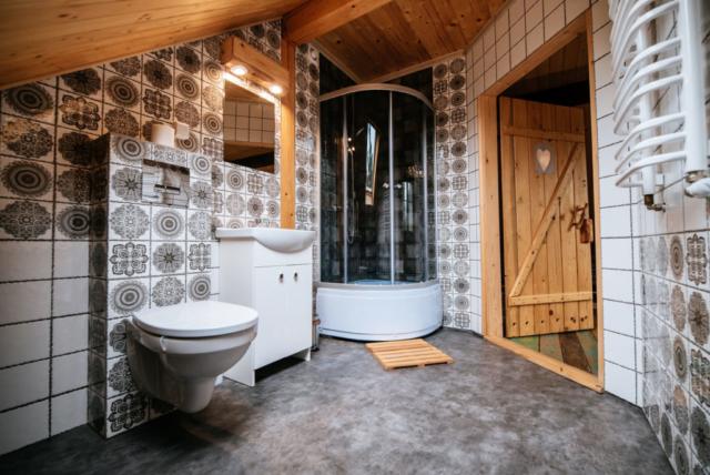drzwi do łazienki z kabiną prysznicową