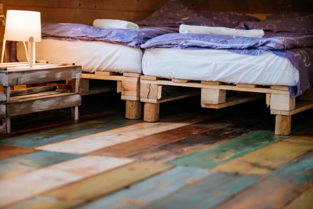 łóżko podwójne w pokoju rodzinnym