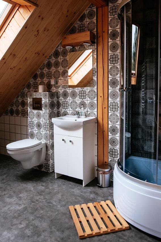 łazienka na piętrze pokoju 4 osobowego