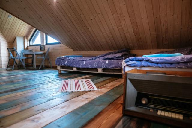 stare radio na kolorowej podłodze