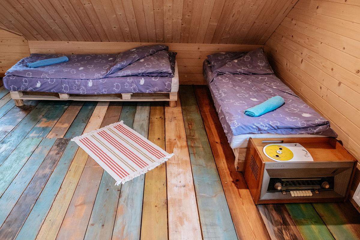 kącik z łóżkami w pokoju rodzinnym
