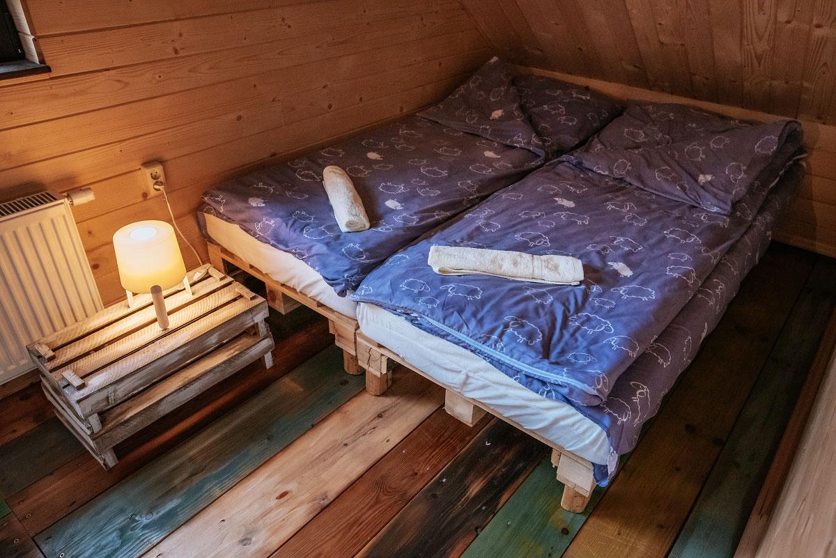 kącik z podwójnym łóżkiem w pokoju rodzinnym